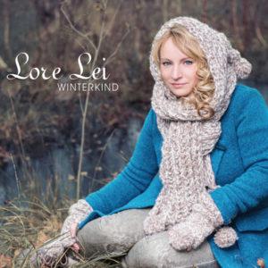 CD Cover LoreLei Winterkind - Lore Lei sitzend im blauen Wintermantel mit gestricktem Kapuzenschal